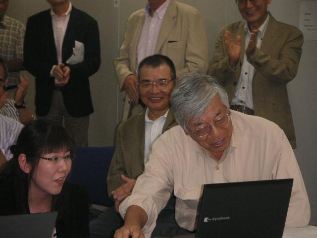 ホームページカットオフのボタンを押す蓮尾会長