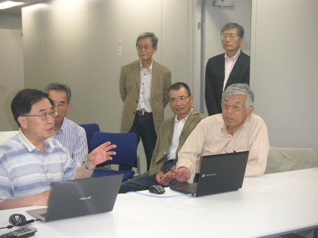原澤ホームページ委員の説明を聞く会長と幹事たち