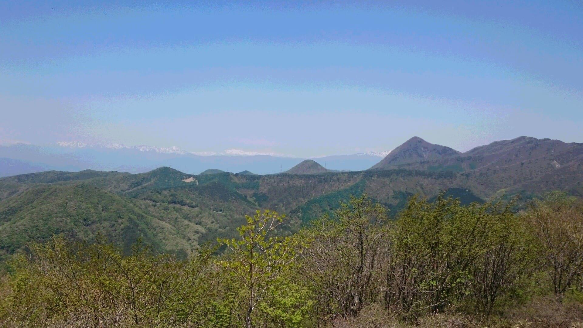 290520 前橋市近郊鍋割山から残雪の残る谷川連峰を望む 2